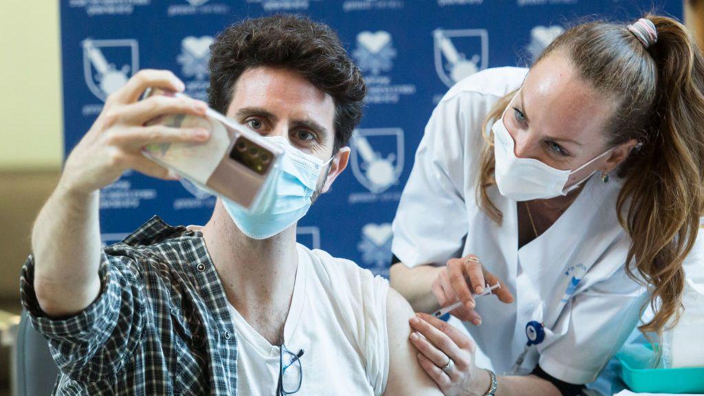 Los casos sintomáticos caen un 94 % entre los vacunados, según estudio israelí
