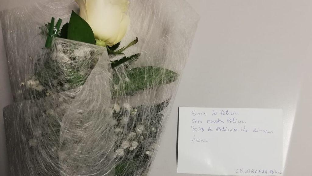 Ramos de flores para los policías de Linares