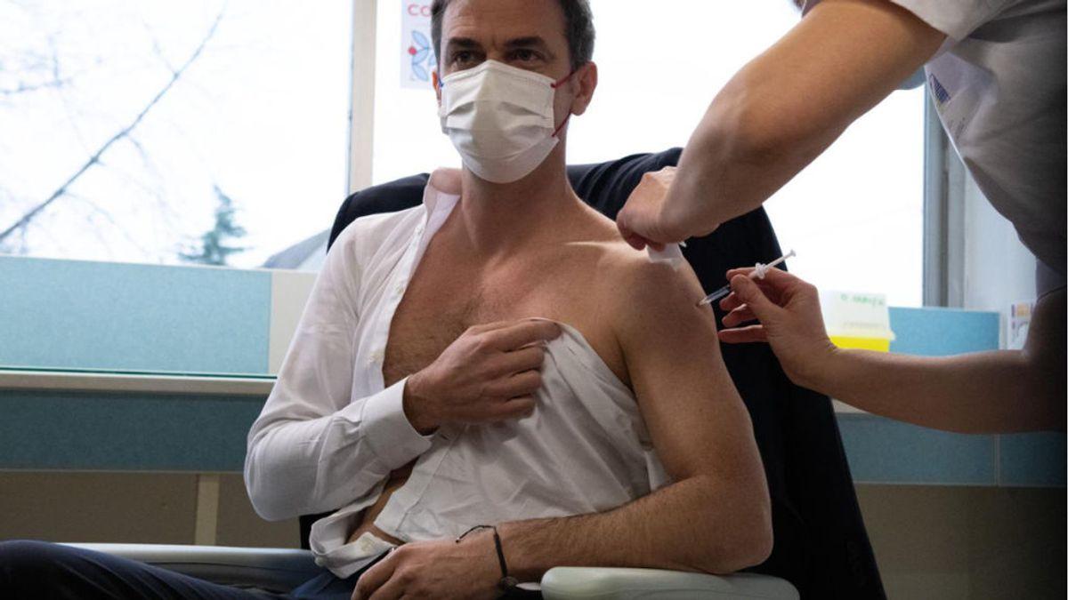 Cómo ir vestido para vacunarte sin llamar la atención: mejor camisetas y evitar el estilo 'griego'