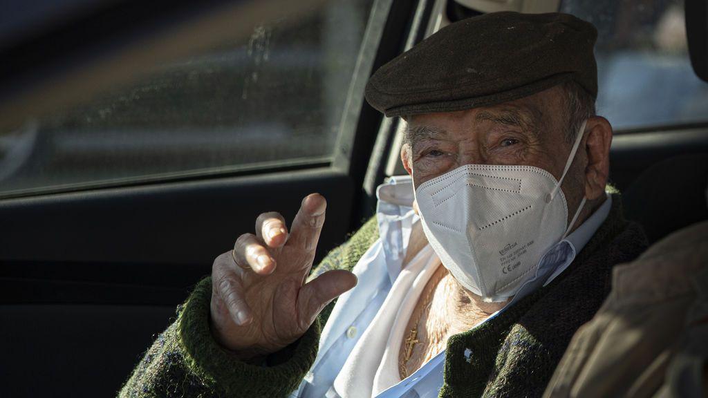 En el coche, a domicilio y nada de avisar al móvil: los retos logísticos de vacunar a los mayores de 80