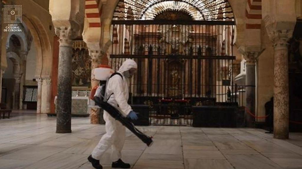 Trabajos de limpieza en la mezquita de Córdoba