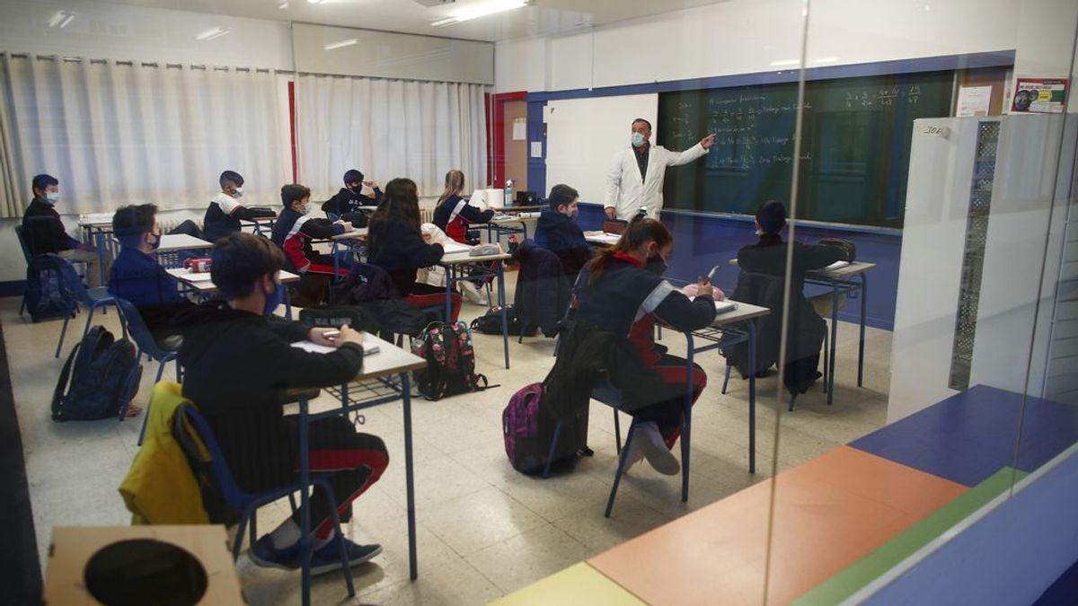EuropaPress_3524768_profesor_imparte_clase_alumnos_colegio_arcangel_rafael_dia_reapertura