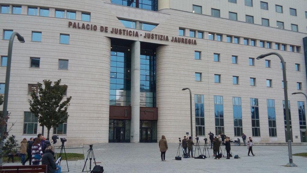 Un juez de Pamplona dictamina que se puede grabar con el móvil una actuación policial pero no subirlo en directo