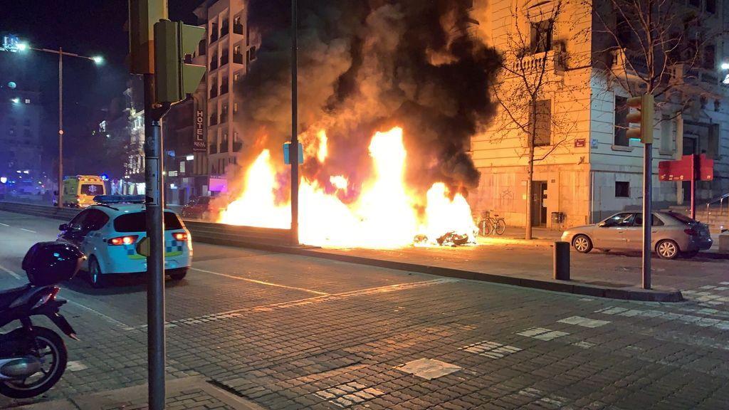 Altercados y cargas policiales en las protestas de Cataluña y Valencia contra el encarcelamiento de Pablo Hasél