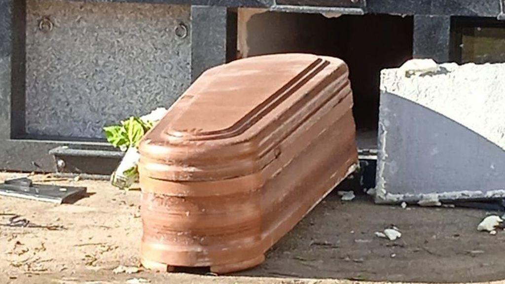 Un ataúd fuera de uno de los nichos