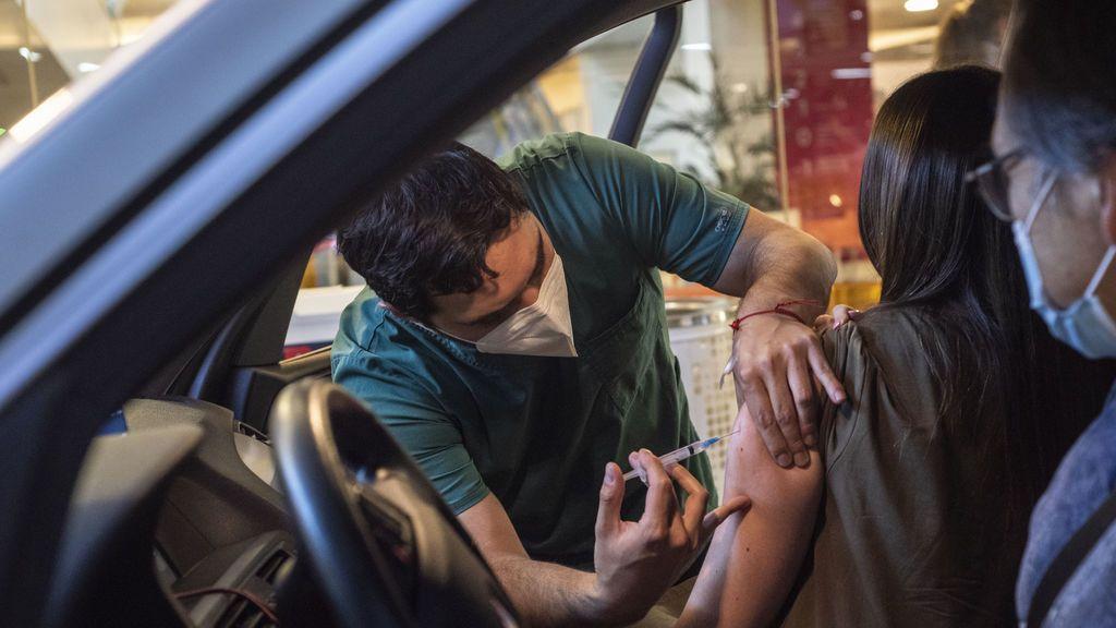 Vacunas a la calle: de residencias a centros de salud, estadios y hasta coches