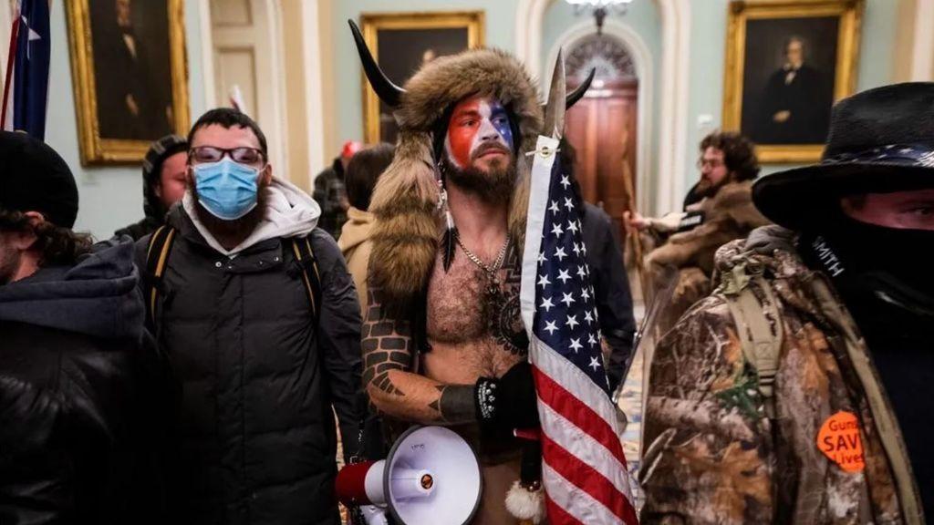 Jake Angeli vestido de guerrero sioux en el interior del Capitolio de EE.UU. el 6 de enero de 2021 (EFE).