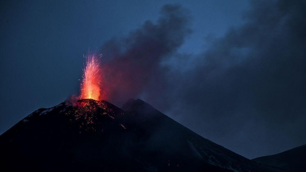El aeropuerto de Catania cierra por la erupción del Etna