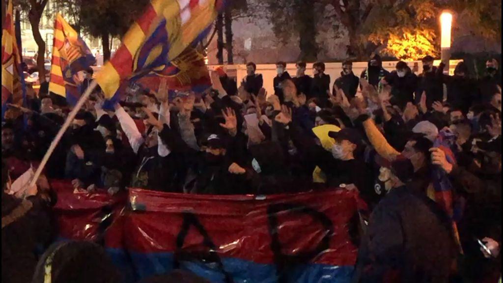 Un millar de aficionados del Barça, muchos sin mascarilla, se agolpan en el Camp Nou para apoyar al Barça