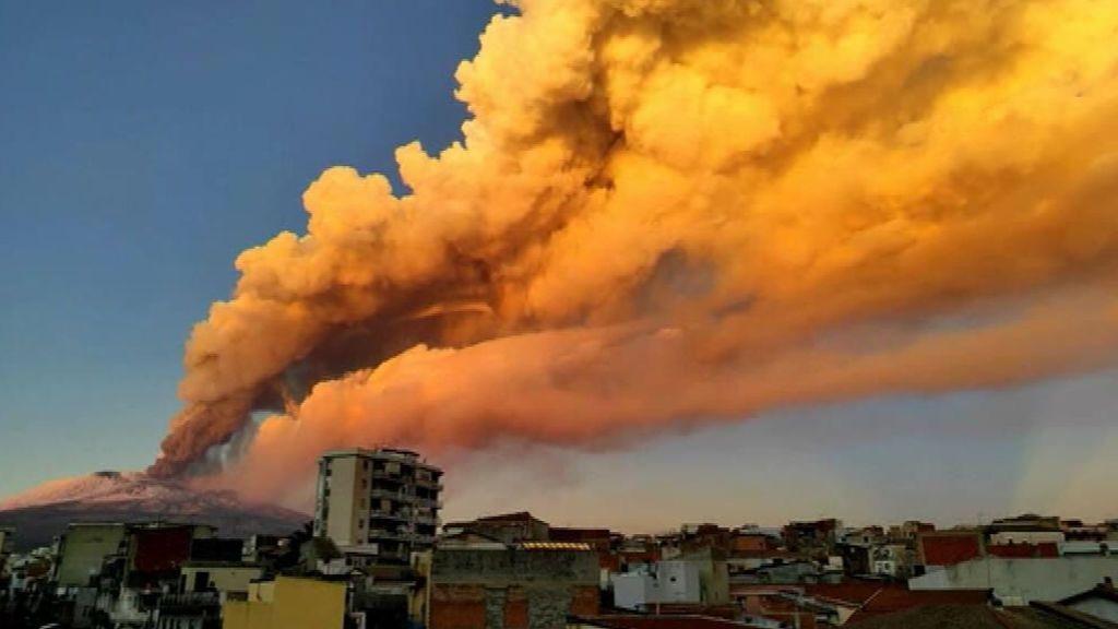 El volcán Etna vuelve a escupir fuego y ceniza