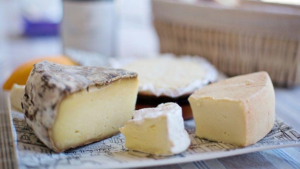 Cortar, oler y comer: guía práctica para aprender a catar quesos