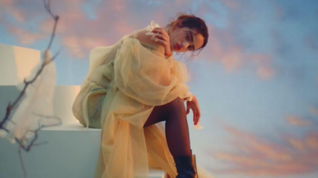 La historia que hay detrás del vestido que Rosalía luce en el videoclip de 'La noche de anoche'