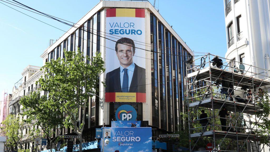La sede del PP en la calle Génova con Casado como cartel electoral de abril de 2019