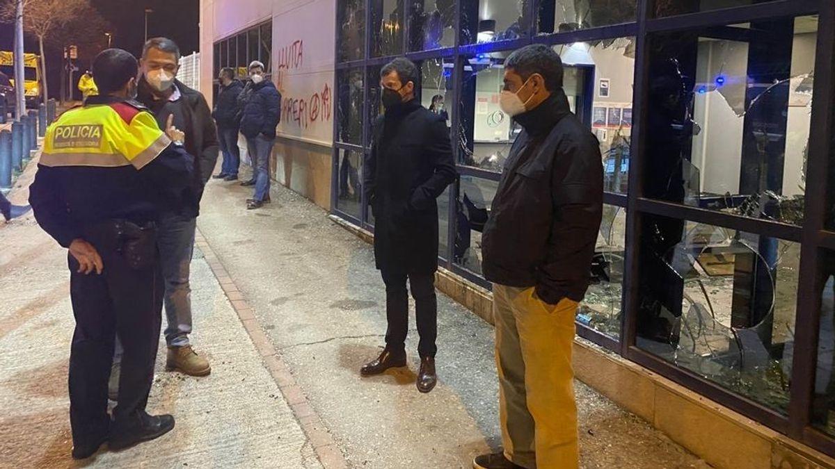 EuropaPress_3566653_comisaria_atacada_vic_barcelona_visitaron_conseller_miquel_samper_mayor