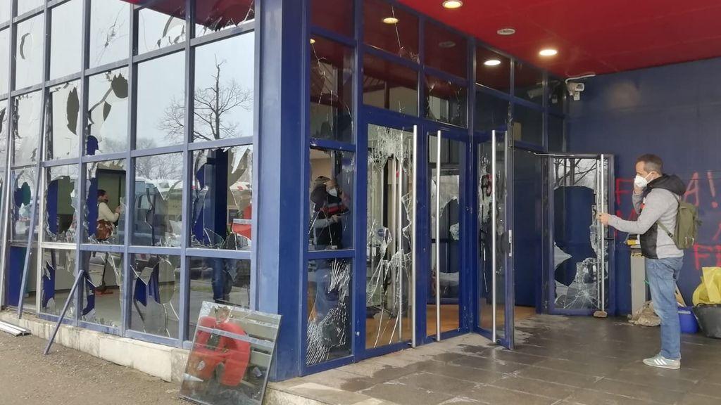 Asalto en la comisaría de los Mossos de Vic: los manifestantes destrozan cristaleras