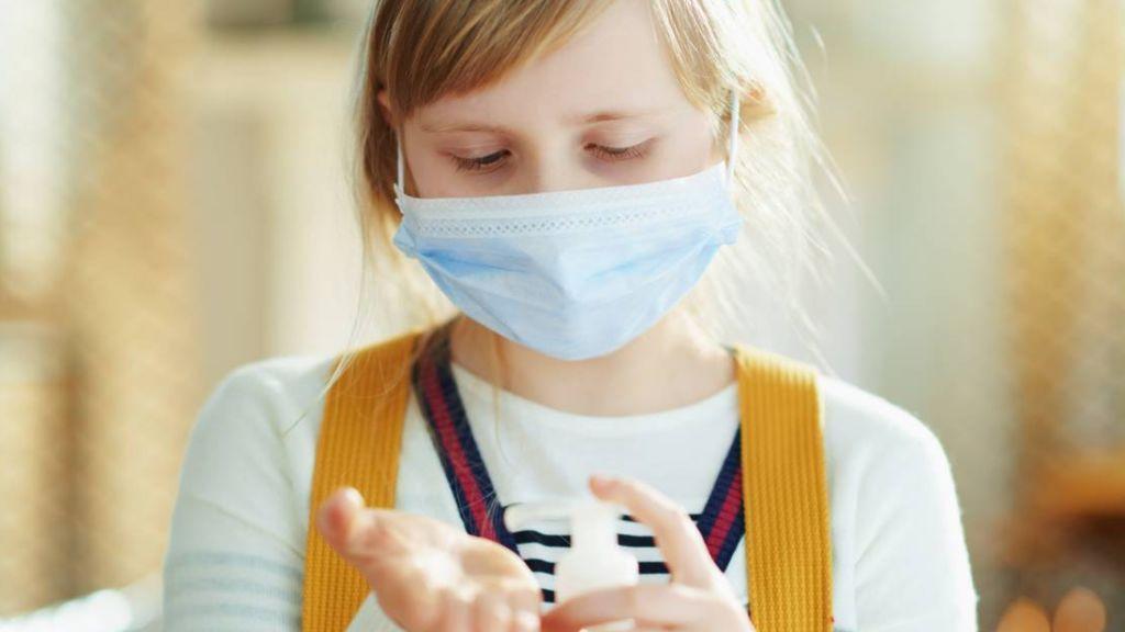 ¿Y si el virus muta contra niños y jóvenes? Un estudio descubre por qué son más inmunes