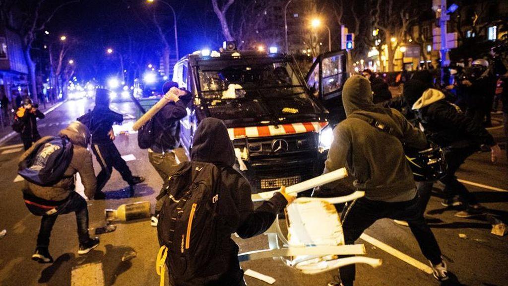 En imágenes: Cargas contra asistentes a la concentración en Barcelona en apoyo a Pablo Hasél