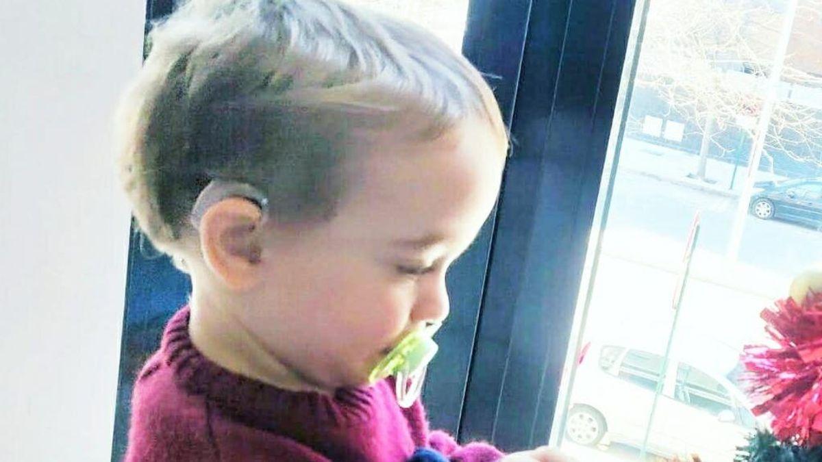 """Unos padres de Granada piden ayuda para encontrar los audífonos de su hijo Jesús: """"Son importantes para su desarrollo"""""""