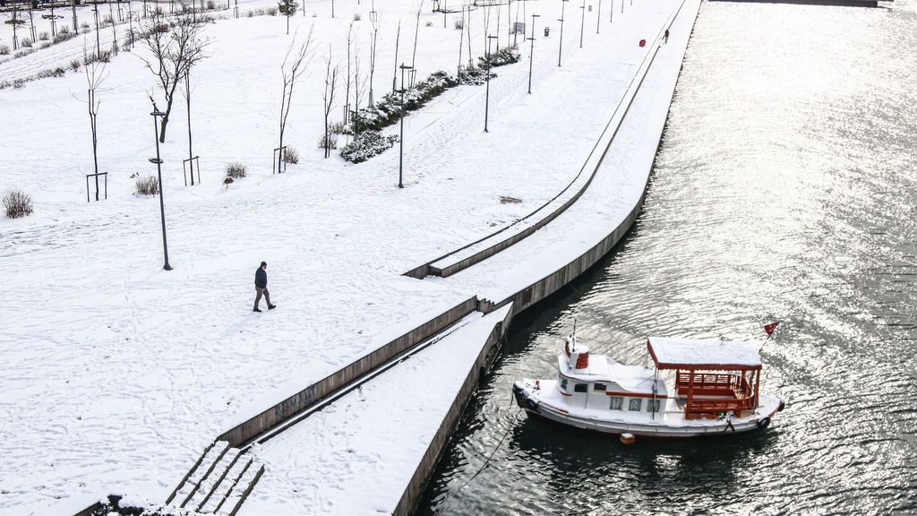 EuropaPress_3568417_17_february_2021_turkey_istanbul_man_walks_along_the_snow-covered_bank_of