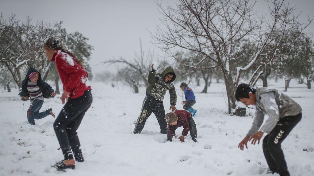 EuropaPress_3567651_17_february_2021_syria_arnaba_children_play_in_snow_during_heavy_snowfall