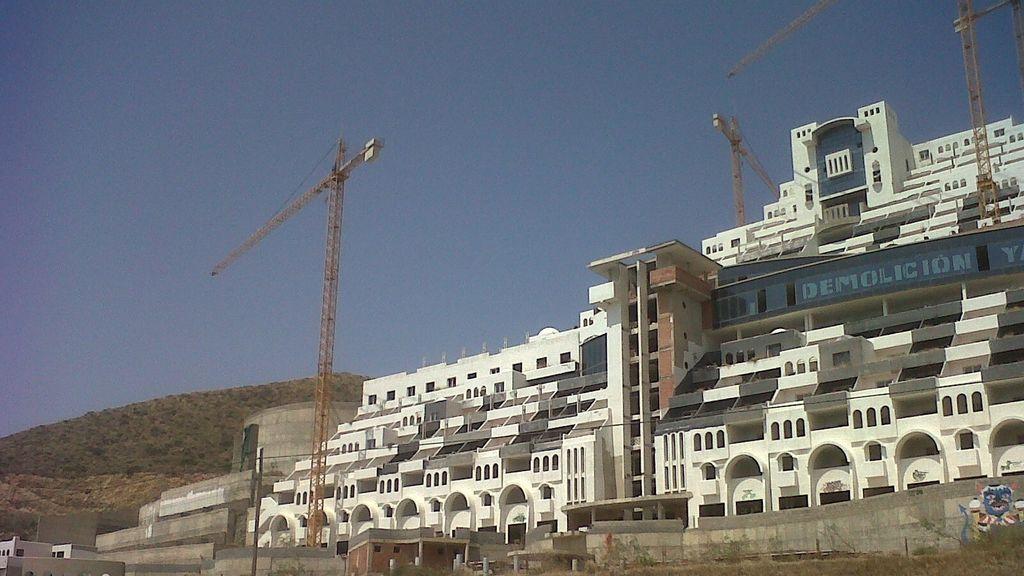 El Algarrobico, 5 años después de la orden de demolición, sigue en pie