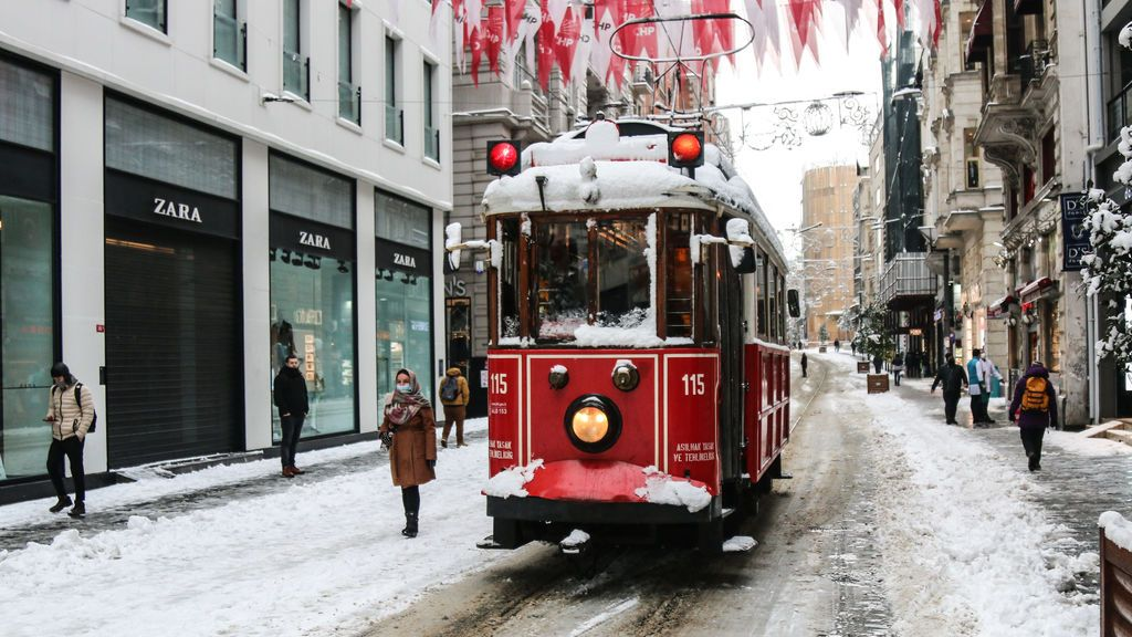 EuropaPress_3568416_17_february_2021_turkey_istanbul_the_historical_tram_runs_along_the