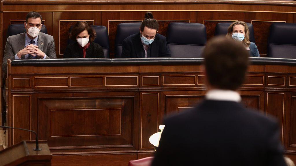 Sánchez, Calvo e Iglesias, en el banco azul mientra interviene Pablo Casado
