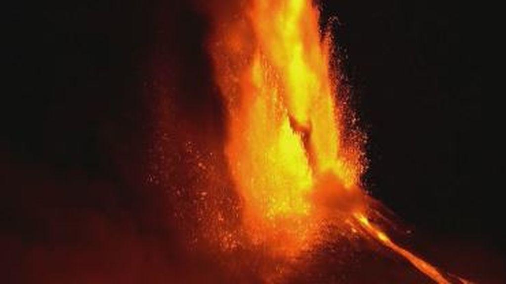 Las imágenes nocturnas de la erupción del volcán Etna en Italia