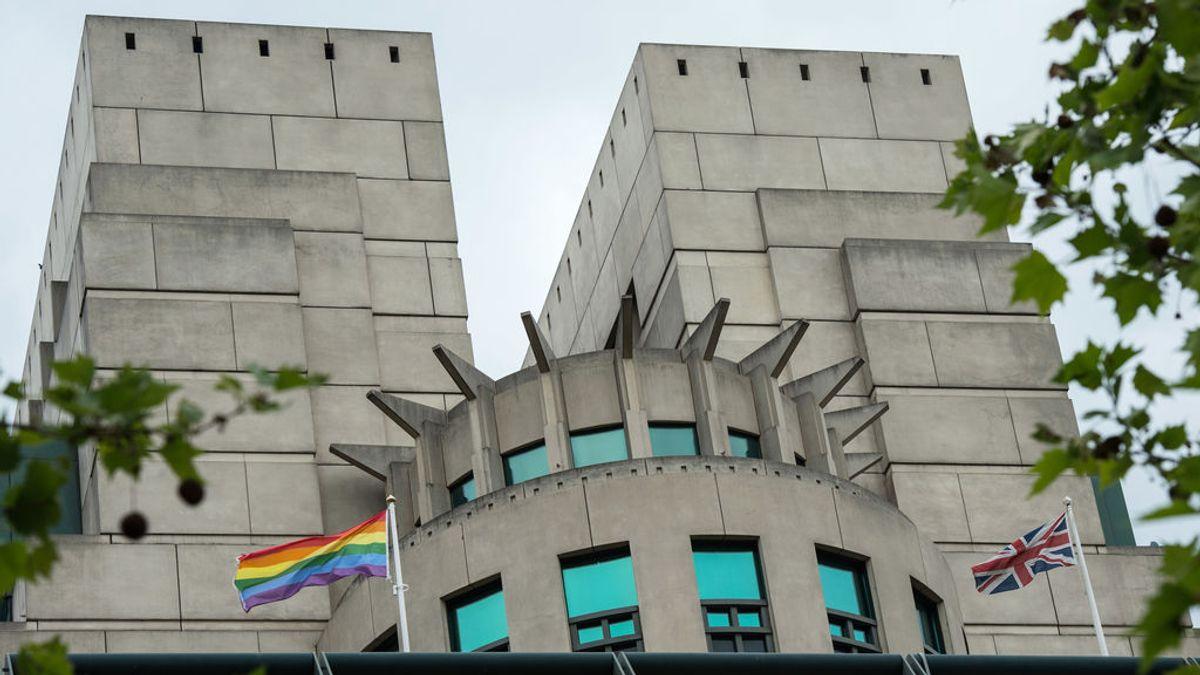 Richard Moore, jefe del MI6, se disculpa por el veto histórico a la comunidad LGTBI en la Inteligencia británica