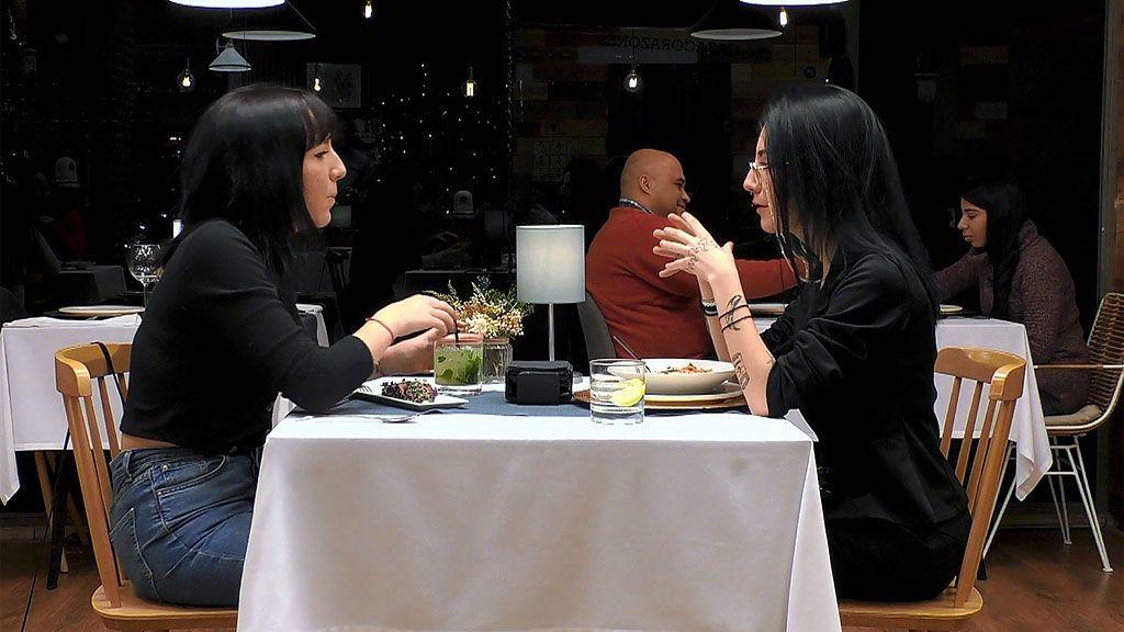 Imagen de Elsa y Claudia en el programa 'First Dates'