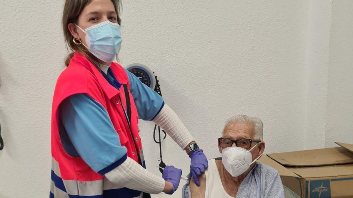 La emoción de una enfermera que vacuna a su propio abuelo