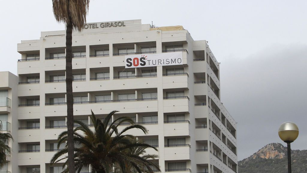 """Un cartel colgado de un hotel donde se puede leer """"SOS Turismo"""""""