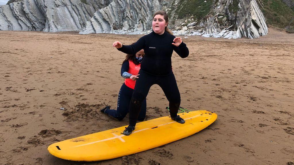 Claudia practicando el equilibro antes de entrar en el agua.