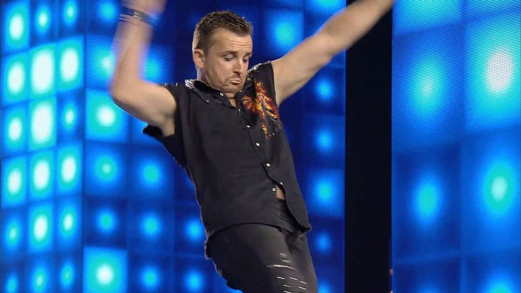 Pavel, a punto de perder el equilibrio durante su actuación