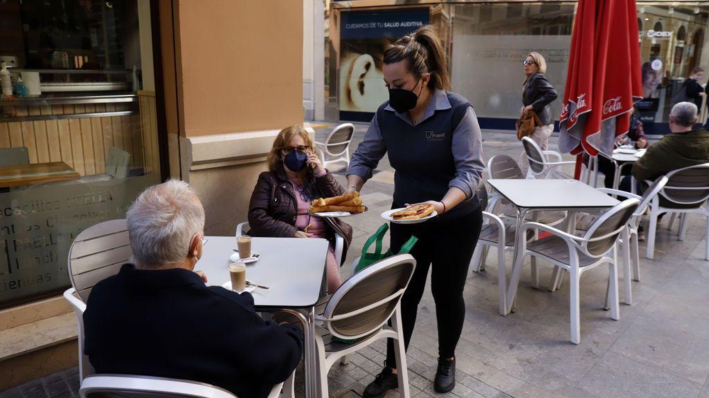 Reapertura de cafetería tras las restricciones por covid en Málaga