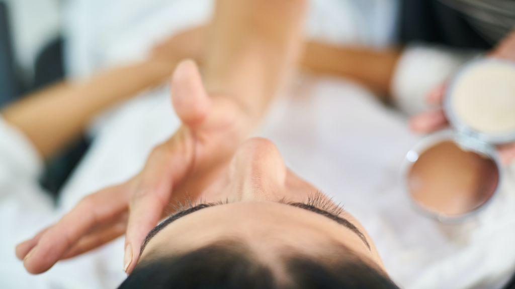 Trucos y métodos para disimular las manchas de la piel madura.