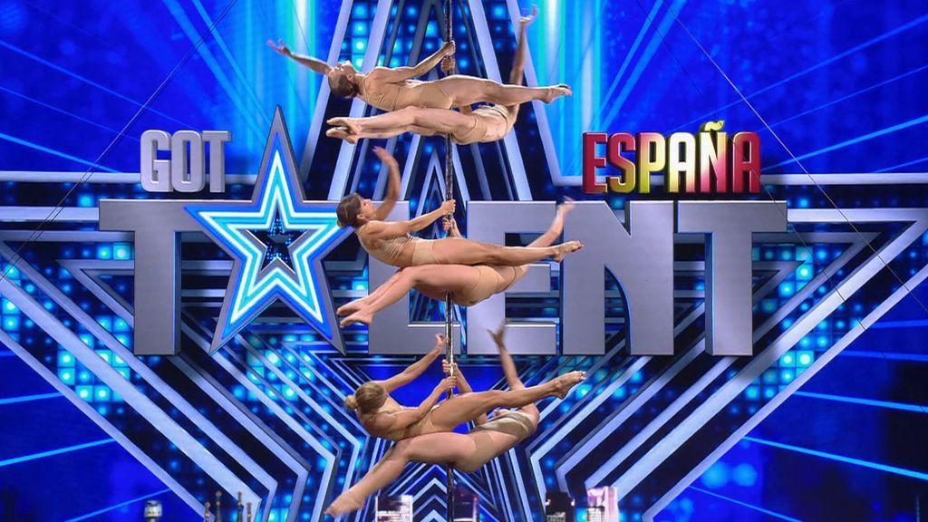 Seis chicas sobre una misma barra en el show de Campagnia Colonna