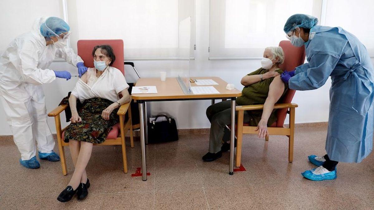 La vacunación echa al virus de las residencias españolas: los brotes de covid caen un 75% en un mes