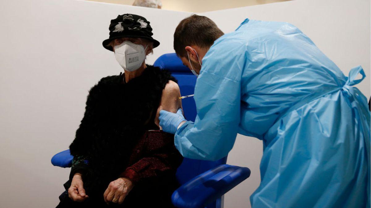 Dos mujeres de mediana edad se disfrazan de abuelas para recibir la vacuna contra la covid en Estados Unidos