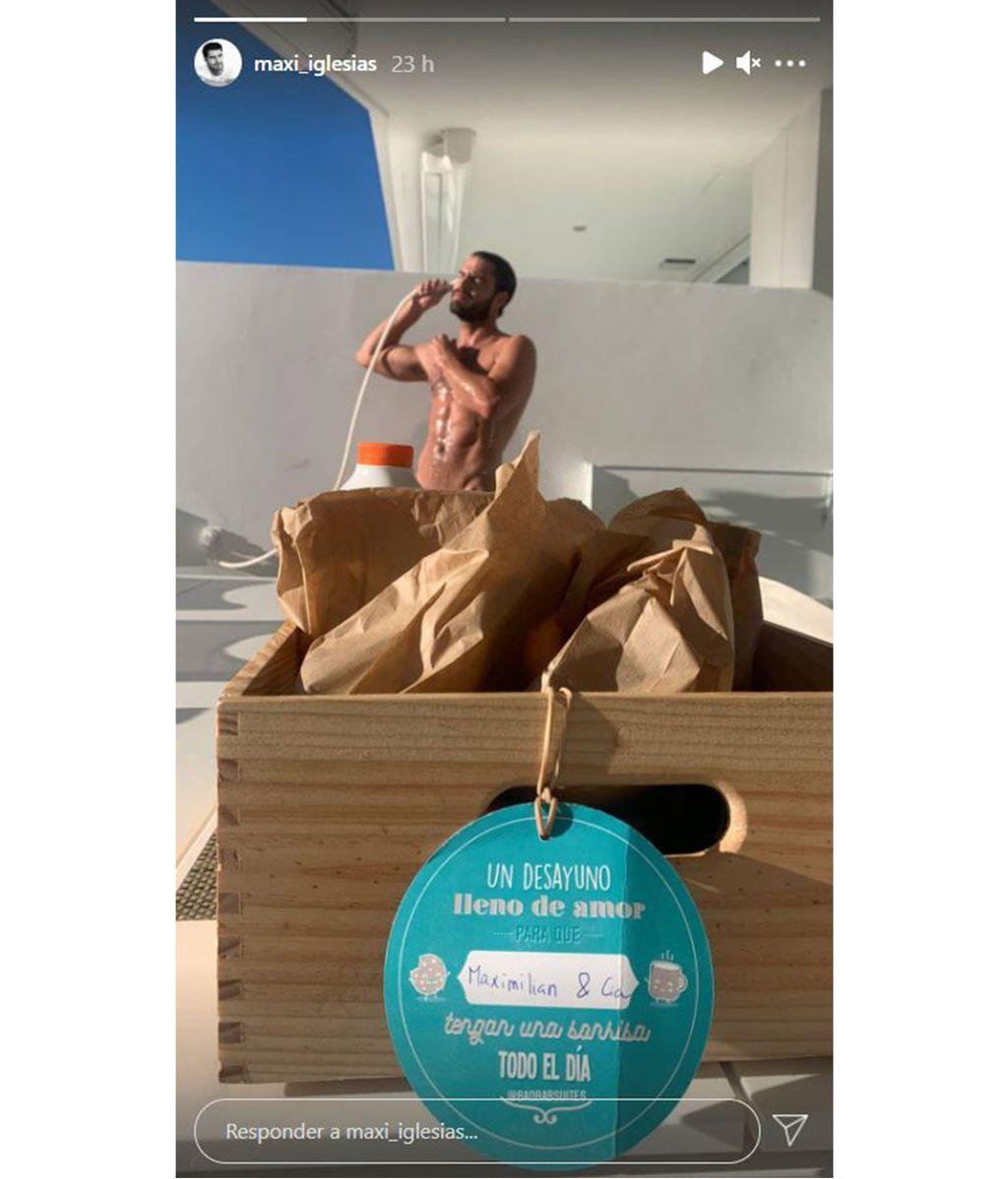 Maxi Iglesias duchándose en la terraza de un hotel de lujo de Tenerife