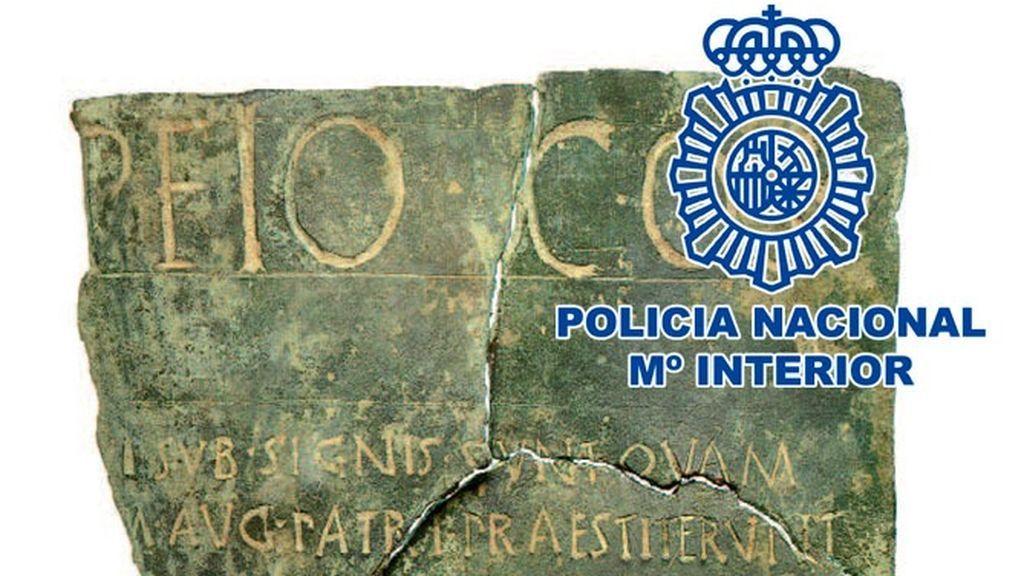 La Policía Nacional recupera del expolio la tabla que reguló las pensiones de la antigua Roma