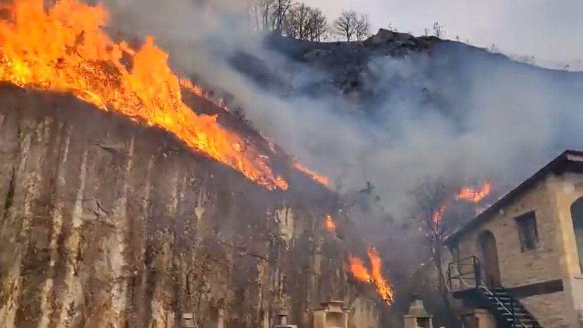 Desalojadas viviendas y caseríos por un incendio en Bera (Navarra) de gran extensión