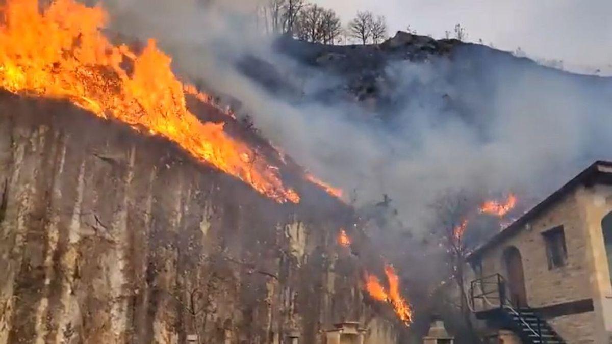 Incendio descontrolado en Bera, Navarra: los bomberos han tenido que desalojar algunas viviendas