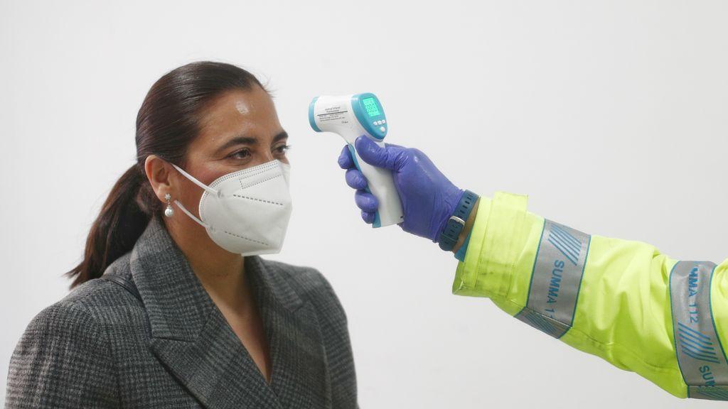 EuropaPress_3570853_mujer_recibe_medicion_temperatura_centro_vacunacion_comunidad_madrid_madrid