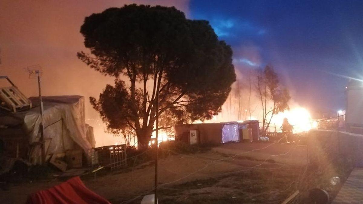 Cruz Roja atiende a 220 personas tras el incendio de chabolas en Palos de la Frontera