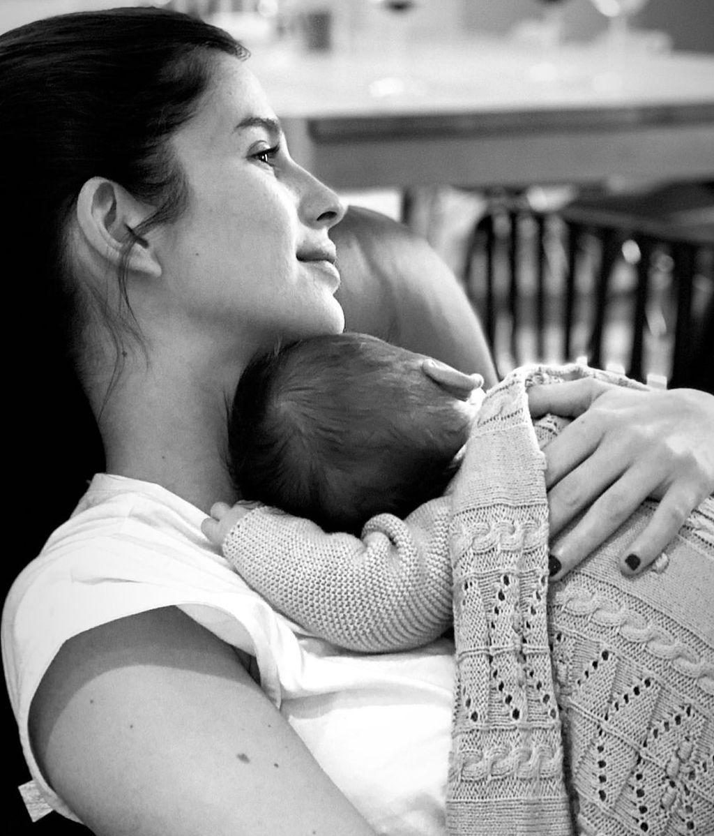 Sandra Gago con su hijo