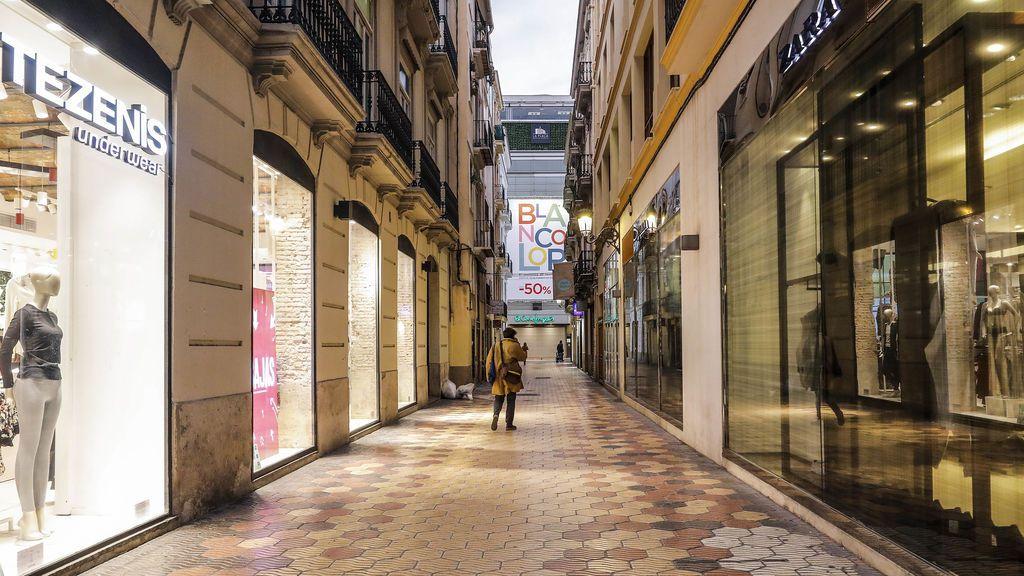 Calle de Valencia con los establecimientos cerrados por las restricciones del covid