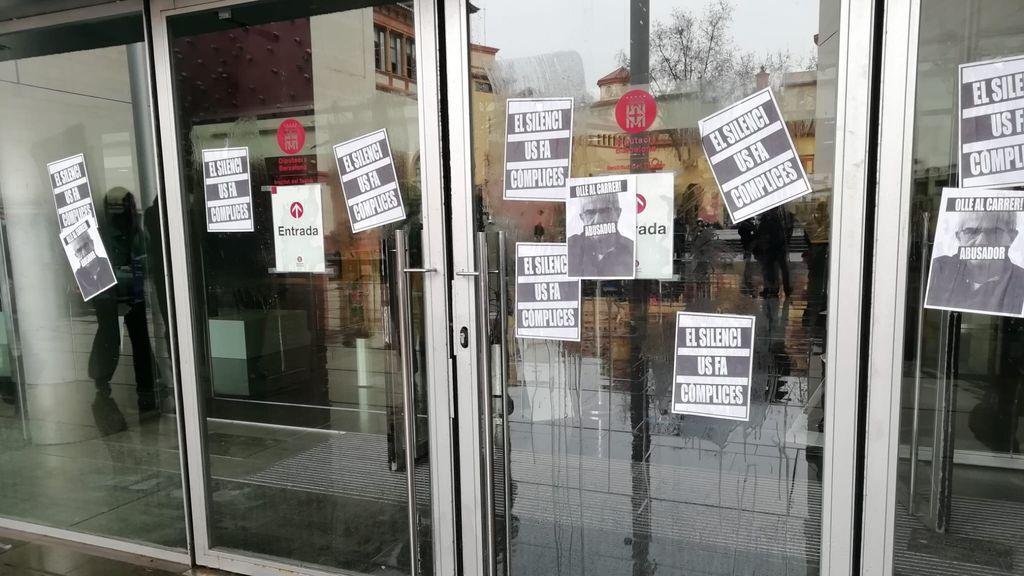 Puerta principal del Institut del Teatre empapelada con carteles de protesta