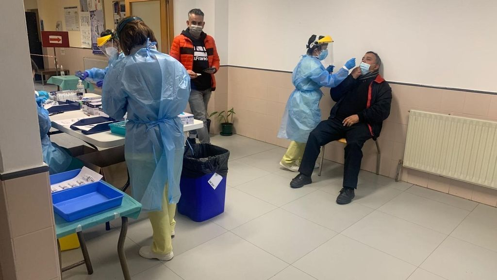 España mantiene a la baja la curva de casos de coronavirus