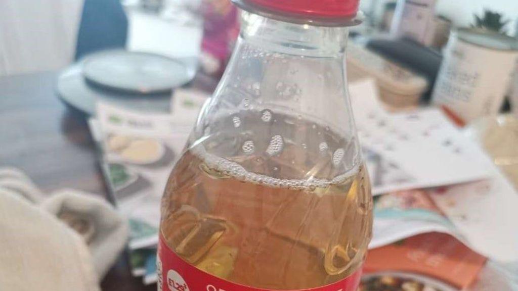Un cliente recibe una botella de orina en la entrega de su pedido